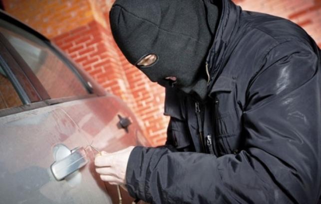 ladrão-roubando-carro